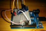Zum Aufbau:An die Modul-Pins GND (grauer Draht) und RXD (weiß)  habe ich jeweils kurze Verbindungsdrähte angelötet. Das Modul selbst ist leicht schräg in ein Steckboard gesteckt, so dass die beiden oben erwähnten Pins keine Verbindung haben. Dafür kommt man über die interne Verdahtung des Steckboards gut an die Pins VCC (gelb/orange) undTXD (braun). Der PD Pin ist direkt mit einer Drahtbrücke mit VCC verbunden. RXD ist mit dem Arduino Pin 10 und TXD mit Pin11verbunden. VCC wird mit dem 3,3 V-Power-Pin verbunden und GND mit GND.